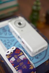 机の上のお守りや携帯電話の写真素材 [FYI01771422]