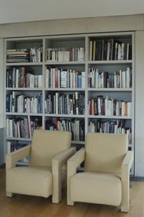 本棚の前に置かれた二つの黄色いイスの写真素材 [FYI01771469]