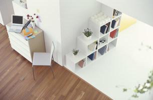 コンピュータや白いキャビネットのある部屋 俯瞰の写真素材 [FYI01771542]