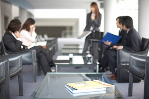 商談をしているビジネスマン3人とOL2人の写真素材 [FYI01771677]