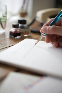 手紙を書く人の手元の写真素材 [FYI01772069]