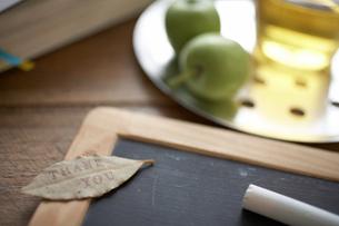 小さい石板とチョーク お茶 手帳の写真素材 [FYI01772270]