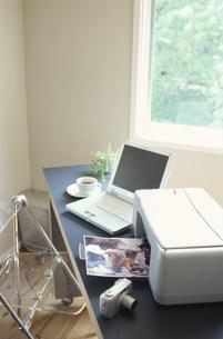 パソコンやプリンターのある部屋の写真素材 [FYI01772342]