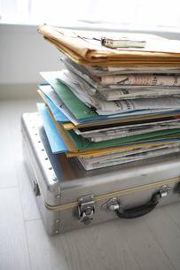 トランクの上に積み重ねた書類の写真素材 [FYI01772348]