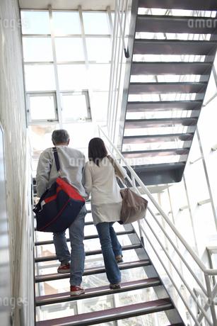 階段を上るシルバー夫婦の後姿の写真素材 [FYI01772352]