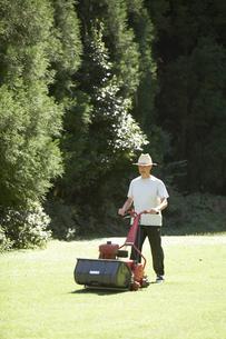 芝を刈る男性の写真素材 [FYI01772566]