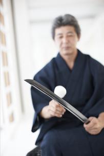 日本刀の手入れをする着物の男性の写真素材 [FYI01773056]
