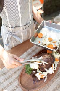 バットに野菜を移す女性手元の写真素材 [FYI01773166]