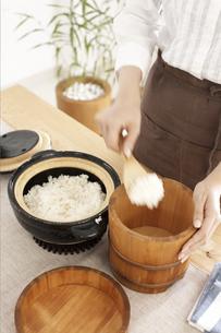 ご飯を移しかえる女性の写真素材 [FYI01773338]
