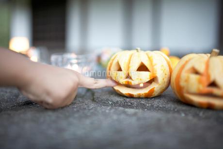 ハロウィーンのかぼちゃで遊ぶ子供の写真素材 [FYI01773528]