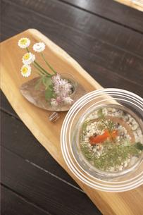 金魚鉢と花の写真素材 [FYI01773911]