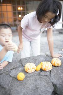 ハロウィーンのかぼちゃで遊ぶ子供の写真素材 [FYI01774161]