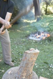 薪を割る男性の写真素材 [FYI01774350]