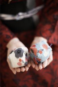 お手玉を持つ着物の女性の写真素材 [FYI01774687]