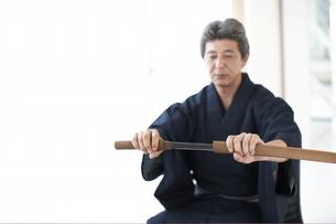 日本刀を抜く着物の男性の手元の写真素材 [FYI01774809]