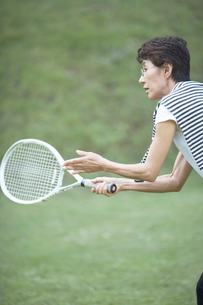 テニスをする女性の写真素材 [FYI01774895]