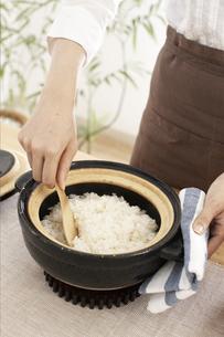 ご飯をかき混ぜる女性の写真素材 [FYI01775031]