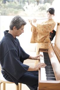 着物の男性と女性と楽器の写真素材 [FYI01775038]