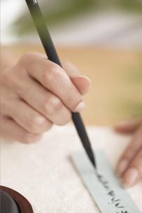 短冊に願い事を書く女性の手元の写真素材 [FYI01775098]