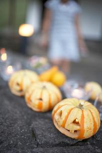 ハロウィーンのかぼちゃで遊ぶ子供の写真素材 [FYI01775145]