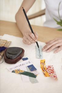 短冊に願い事を書く女性の手元の写真素材 [FYI01775181]