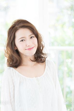 お洒落な髪型の女性ヘアスタイルイメージの写真素材 [FYI01775517]
