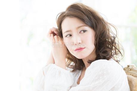 お洒落な髪型の女性ヘアスタイルイメージの写真素材 [FYI01775573]