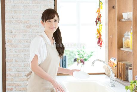 台所でエプロン姿の主婦の写真素材 [FYI01775614]