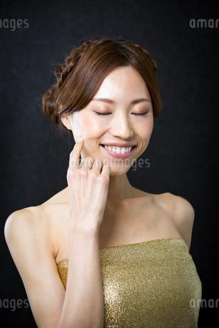 メイクアップした綺麗な女性の写真素材 [FYI01775761]