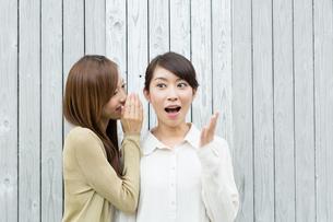 内緒話をする若い女性の写真素材 [FYI01775855]