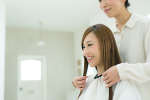 美容院で髪を切る若い女性の写真素材 [FYI01775871]