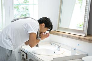 洗面所の若い男性の写真素材 [FYI01775897]