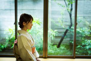 和室で着物を着た若い女性の写真素材 [FYI01775934]