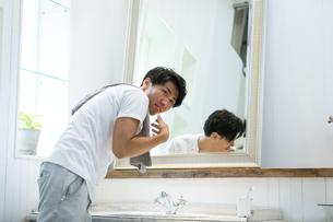 洗面所の若い男性の写真素材 [FYI01775977]