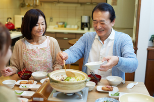 鍋を囲む仲の良い家族の写真素材 [FYI01775984]