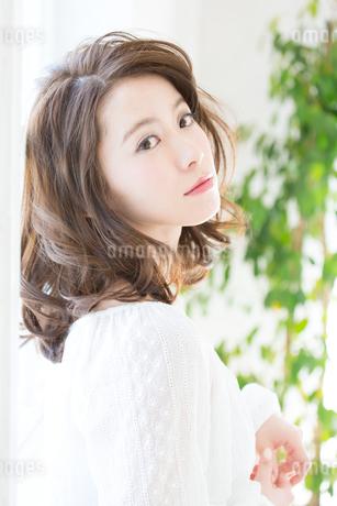 お洒落な髪型の女性ヘアスタイルイメージの写真素材 [FYI01776142]