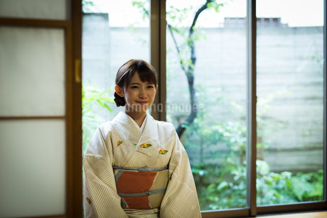 和室で着物を着た若い女性の写真素材 [FYI01776189]