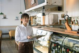 カフェの女性従業員の写真素材 [FYI01776244]
