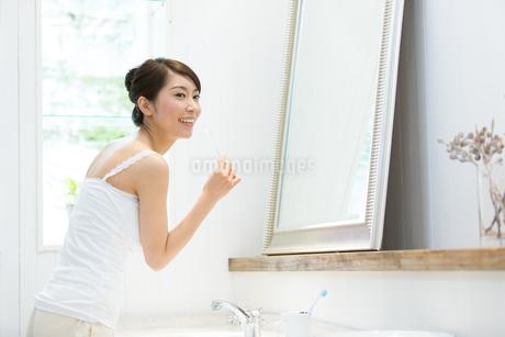 歯磨きする若い女性の写真素材 [FYI01776256]