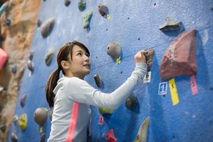 ボルダリング中の若い女性の写真素材 [FYI01776338]
