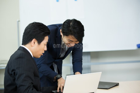 会議中のビジネスマンの写真素材 [FYI01776370]