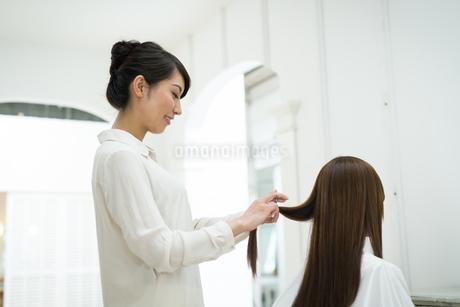 美容師と髪の長いお客の写真素材 [FYI01776408]