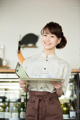 カフェで働く店員の写真素材 [FYI01776496]
