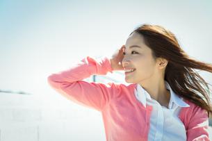 屋外の若い女性 ヘアケアイメージの写真素材 [FYI01776501]