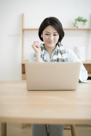 パソコンを使う若い女性の写真素材 [FYI01776503]