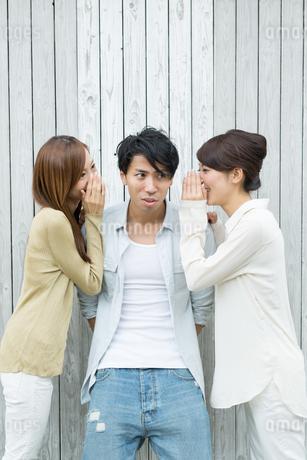 内緒話をする男女三人の写真素材 [FYI01776509]