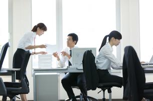オフィスで働く会社員の写真素材 [FYI01776526]