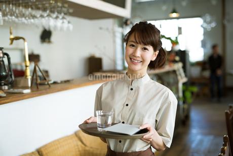 カフェで働く女性店員の写真素材 [FYI01776548]