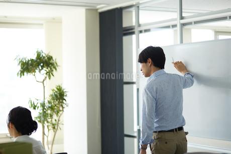ホワイトボードで説明する男性の写真素材 [FYI01776564]