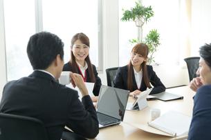 会議室でミーティング中のビジネスマンとビジネスウーマンの写真素材 [FYI01776566]